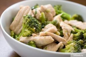 Салат брокколи с куриной грудкой