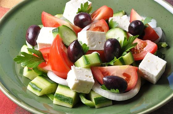 Салат с моцареллой и оливками
