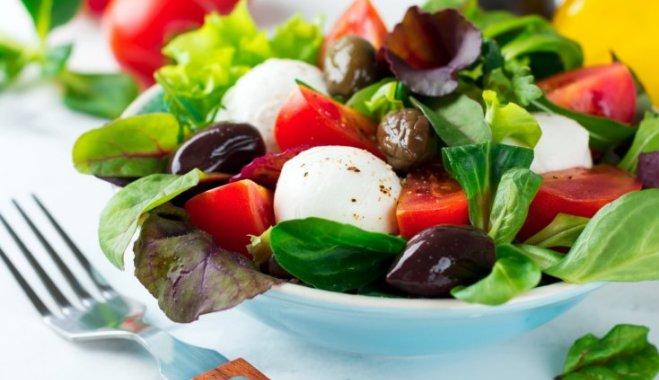 Салат из помидоров, базилика с моцареллой