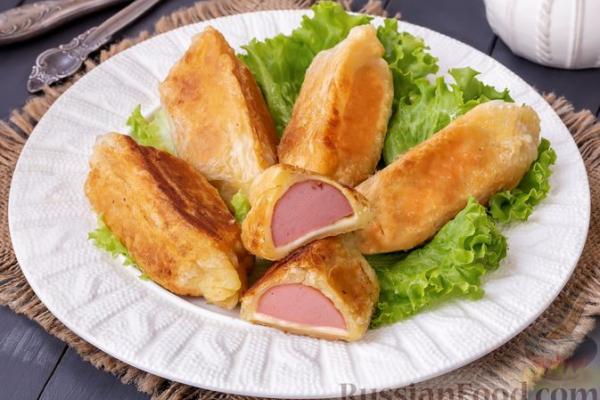 Сардельки  в слоёном тесте, с сыром (на сковороде)