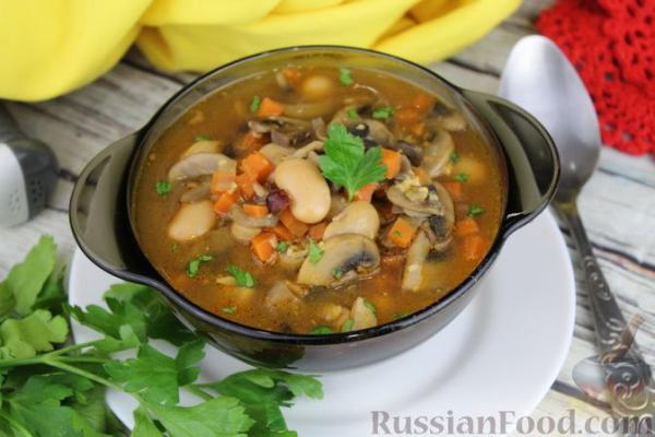 Суп с консервированной фасолью, грибами, беконом и сыром