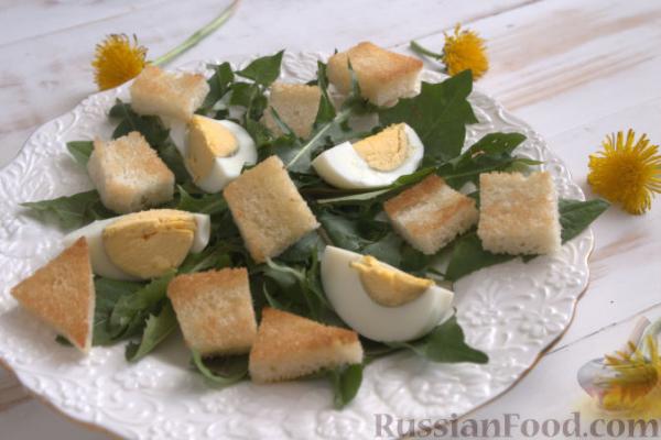 Салат из одуванчиков, с гренками и яйцом