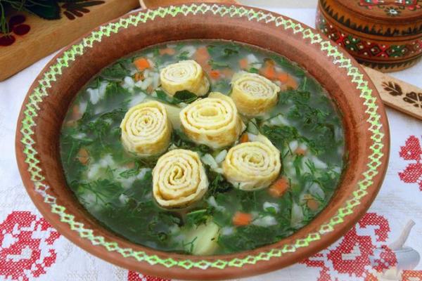 Рисовый суп с крапивой, картофелем и яичными рулетиками