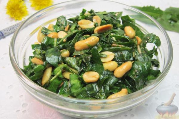 Салат из листьев одуванчика со шпинатом и арахисом