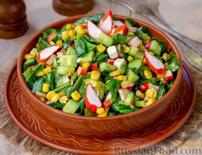 Крабовый салат с кукурузой, огурцом, фетой и шпинатом