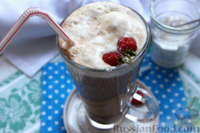 Кофе глясе с мороженым и земляничным сиропом