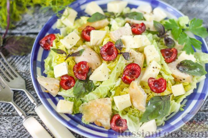 Летний салат с индейкой, черешней и сыром фета