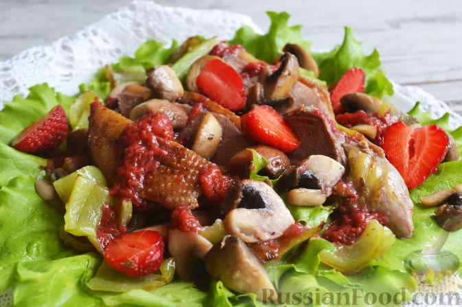 Салат с утиной грудкой и клубничным соусом