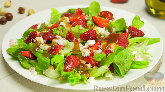 Летний салат с клубникой и сыром фета