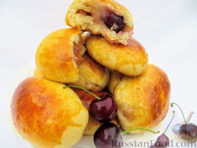 Пирожки с черешней (из дрожжевого теста на кефире)