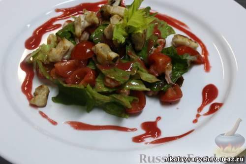 Салат из кролика и раковых шеек под малиновым винегретом