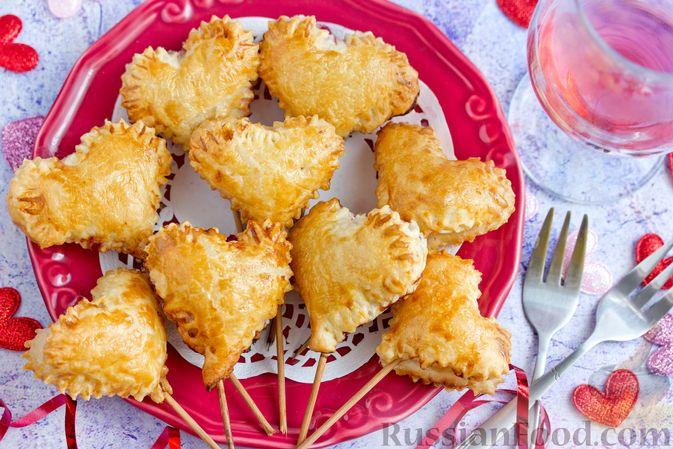 """Слоёные пирожки """"Сердечки"""" с яблоками и вишнями"""