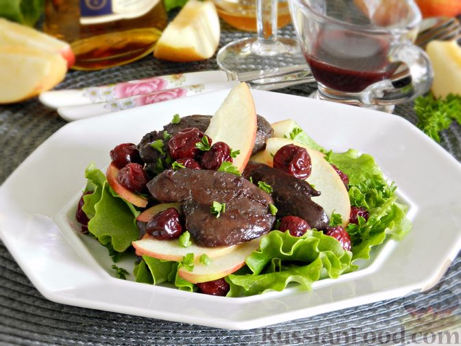 Салат c куриной печенью, вишней и яблоком