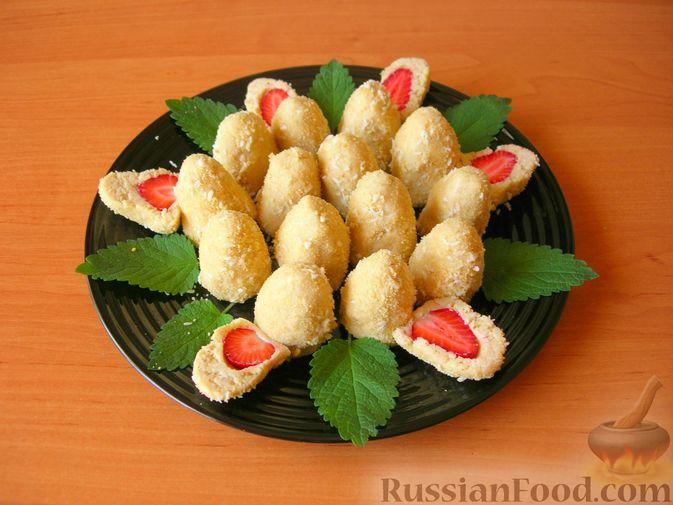 Конфеты из печенья и творога с клубникой