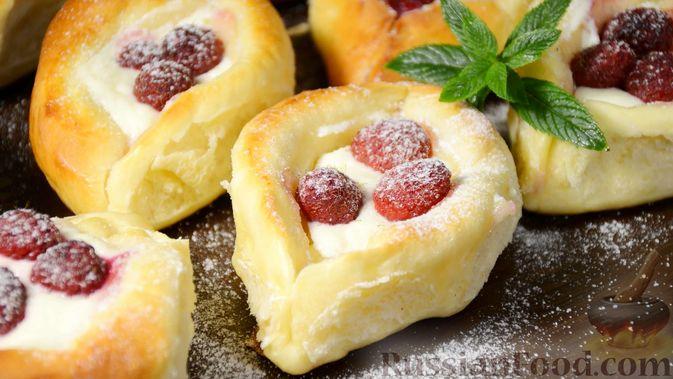 Открытые сдобные пирожки с творогом и ягодами
