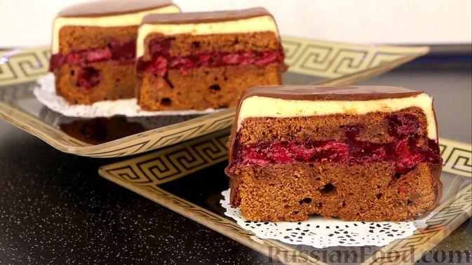 """Шоколадный кекс """"Чёрный лес"""" с вишней, ганашем из белого шоколада и глазурью"""