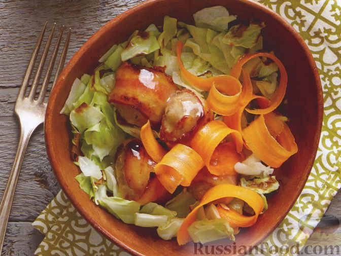 Капустный салат с морковью и фрикадельками в беконе