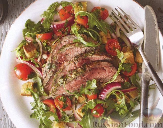 Говяжий стейк с соусом чимичурри и салатом из помидоров