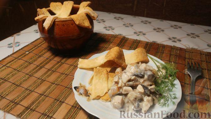 Куриное филе, запечённое с грибами, под слоёным тестом (в горшочках)