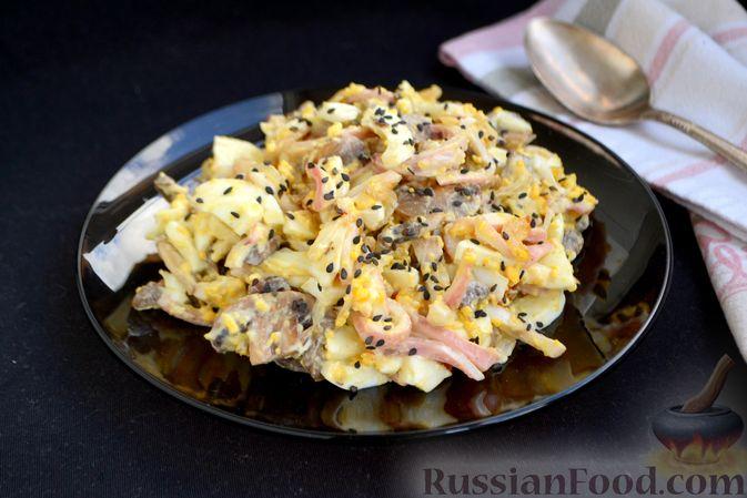 Салат с кальмарами, жареными шампиньонами, луком и яйцами
