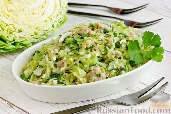 Салат из молодой капусты с тунцом, огурцами и яйцами