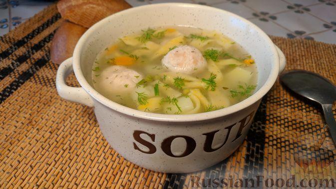 Суп с фрикадельками, морковной лапшой и горошком