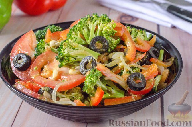 Салат из брокколи и помидоров, с перцем, маслинами и песто