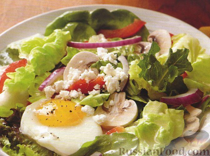 Салат с яйцами-пашот, сырыми шампиньонами, сладким перцем и фетой