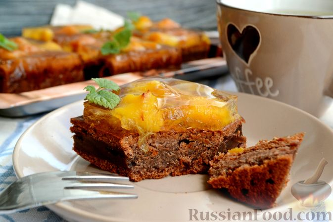 Шоколадно-творожный пирог с консервированными персиками и желе