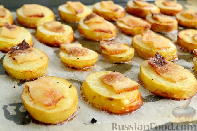 Молодой картофель, запечённый с салом