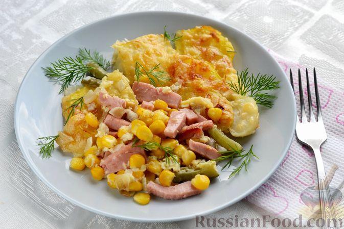 Картофельная запеканка с колбасой, консервированной кукурузой и маринованными огурцами