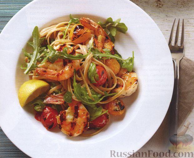 Салат из макарон с креветками и помидорами, приготовленными на гриле
