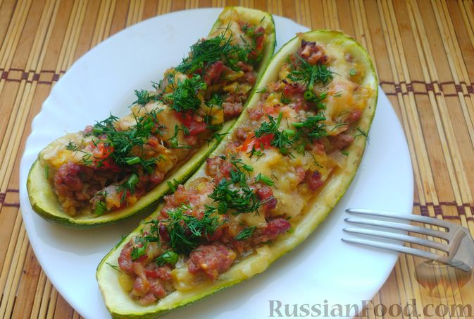 Запечённые кабачки-лодочки с мясным фаршем, помидорами и сыром