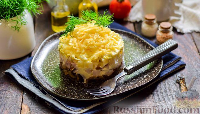 Слоёный салат с копчёной курицей, ананасами, жареными шампиньонами и сыром