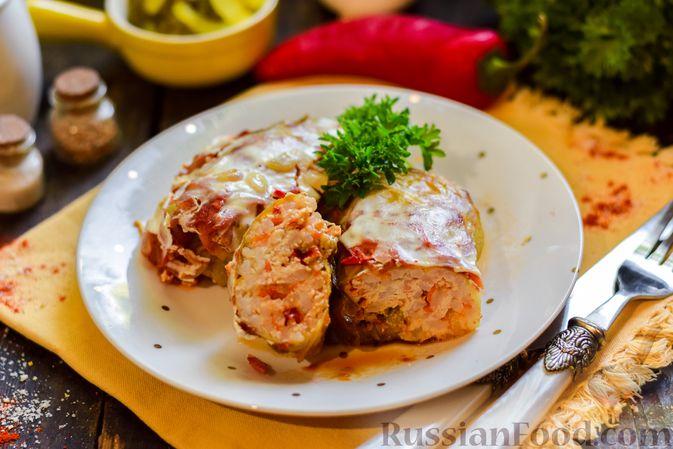 Голубцы с куриным фаршем и сладким перцем, запечённые в томатном соусе