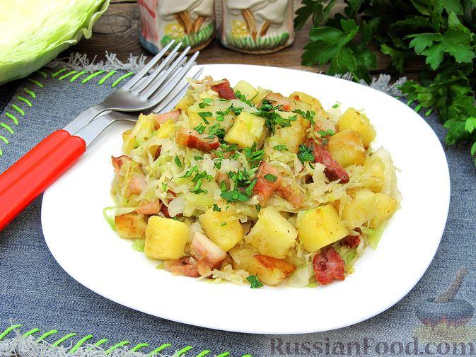 Картофель, жаренный с капустой и беконом