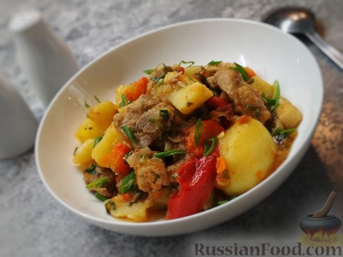 Жаркое из свиного рагу с картофелем, перцем и помидорами