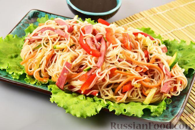Салат с фунчозой, мясом, морковью по-корейски и овощами