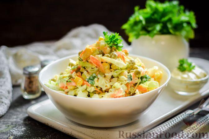 Салат из молодой капусты с морковью, кукурузой и горошком
