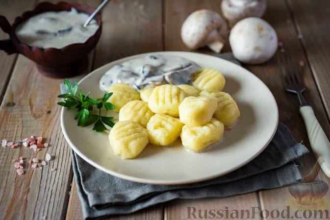 Картофельные ньокки со сливочно-сырным соусом с грибами