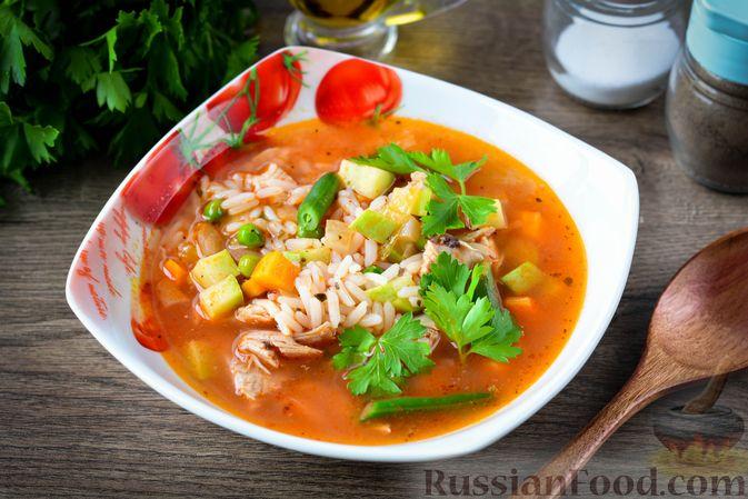 Томатный суп с курицей, рисом, кабачком и бобовыми