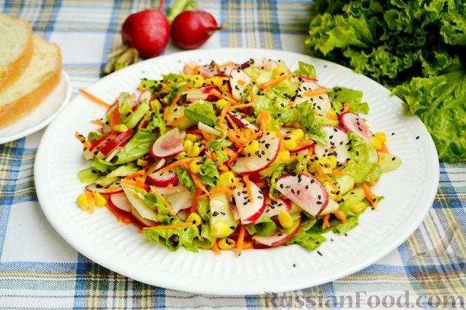 Салат с редиской, огурцом, морковью и кукурузой