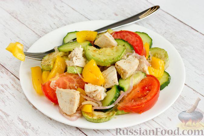 Салат из курицы с кабачками, огурцами, сладким перцем и помидорами