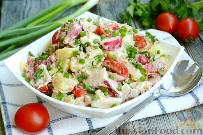 Салат с тунцом, редисом, картофелем и помидорами