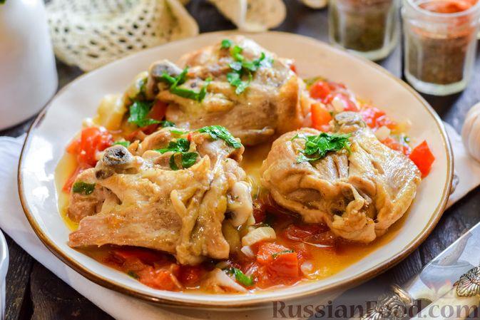 Куриные бёдрышки, тушенные с помидорами и болгарским перцем