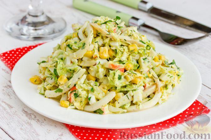 Салат с кальмарами, пекинской капустой, крабовыми палочками и кукурузой