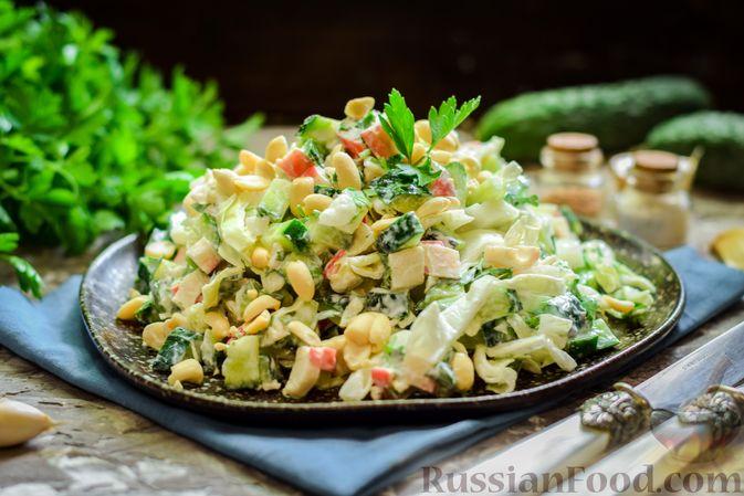 Салат с капустой, крабовыми палочками, огурцами и арахисом