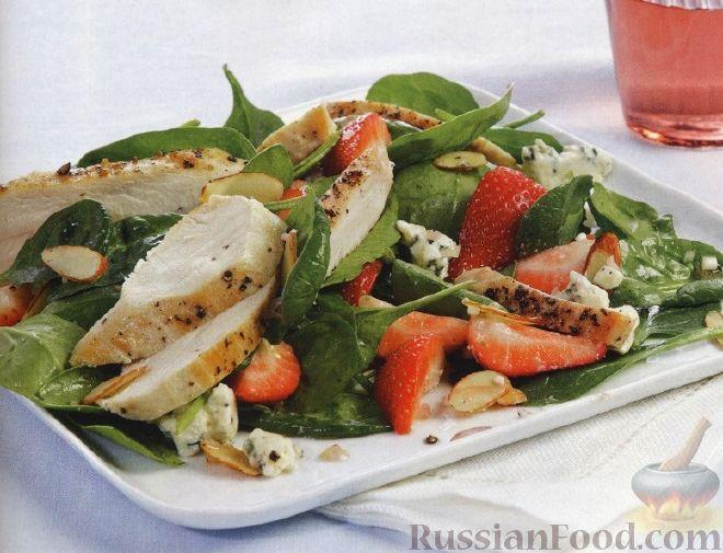 Клубничный салат с куриным филе