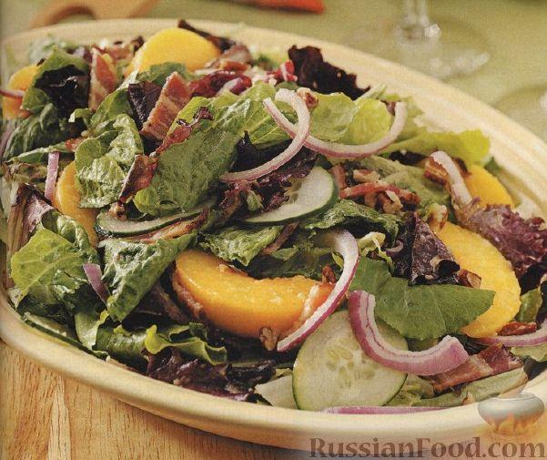 Зеленый салат с персиками