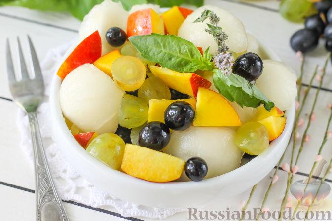 Салат с дыней, виноградом, персиками и мёдом